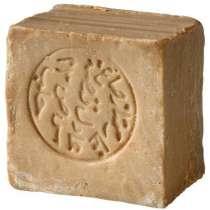 Aleppo-saippua, 40% laakeriöljyä. Luonnollinen, kosteuttava saippua oliiviöljyllä ja laakeriöljyllä, joka tekee kehosta puhtaan ja pehmeän. Sopii kaikille ihotyypeille ja suositellaan myös herkälle iholle. Aleppo-saippuat ovat vanhin tunnettu saippuatyyppi, ja niitä alettiin valmistaa yli 4000 vuotta sitten Syyriassa. Tähän päivään asti saippuat valmistetaan perinteisellä tavalla vain Aleppon kaupungissa Pohjois-Syyriassa.<br/><br/>
