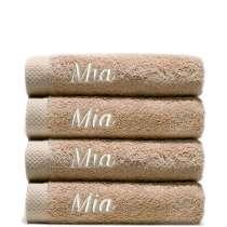 Taivaallisen ihanat ja ylellisen pehmeät käsipyyhkeet. Puuvillan imukyvyn luonteen ansiosta ne kuivuvat lyhyessä ajassa. Tässä on 4 samanlaista pyyhettä, joten sinulla on aina vaihtovaraa.  Kaikkiin neljään yhtenäinen nimikointi. Koko 50x100 cm, 100% puuvillaa.