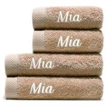 Taivaallisen ihanat ja ylellisen pehmeät pyyhkeet. Puuvillan imukyvyn luonteen ansiosta ne kuivuvat lyhyessä ajassa. Tässä säästöpaketissa on 2 keskikokoista pyyhettä ja 2 rantapyyhettä, joten sinulla on aina vaihtovaraa.  Kaikkin neljään yhtenäinen nimikointi. 2 kylpypyyhettä 70x100 cm ja 2 käsipyyhettä 50x100 cm.