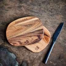 Leikkuulauta mehukourulla. 45 x 28 x 3 cm akaasiapuuta. Valinnainen kaiverrus, esim.  Linja 1: Grillimestari Linja 2: Jaakko Huom. 10 € per kaiverrus/linja.