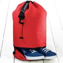 <strong>Säkki selkään ja mukaan kouluun, matkoille, treeneihin tai kaupungille!</strong> Käytännöllinen merimiessäkki (30x50 cm) kenkälokero pohjassa joten ei tarvitse sotkea muita säkissä olevia tavaroita. Nimi tai lempinimi kirjotaan kauniisti mustaan hihnaan.