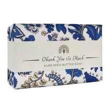 Anna kaunis saippua The English Soap Company:n viestillä pienenä hienona huomiona erityistilaisuudessa. Kääritty kauniiseen paperiin, jossa on vintage-muotoilu ja mukava tervehdys.<br/><br/>Saippua jolla on herkkä tuoksu runsaasti kukkivasta jasmiinistä ja myskistä. Tyylikäs metsämansikoiden, appelsiinikukkien ja kiivin sävy.<br/><br/>