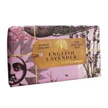 The English Soap Company juhlii saippuantuotannon 20-vuotispäivää. Vuosipäivämallistossa käytetään modernia muotoilua ja monipuolista valikoimaa suosituimmista tuoksusaippuoista. Upea saippua ravitsevilla ainesosilla, mukaan lukien sheavoi, joka tunnetaan kosteuttavista ominaisuuksistaan. Valitse oma suosikkisi monesta viehättävän ihanasta tuoksusta!  Saippuat on kääritty kauniisiin, viehättäviin ja modernisti suunniteltuihin papereihin, joissa on kauniita ja kiehtovia kuvia Kew Botanic Garden:in historiallisesta arkistosta.  Aromaattinen tuoksu, jossa on rauhoittavia laventelin ja rosmariinin vihjeitä, sekä sekoitus minttua tuoreella persoonallisella hahmolla. Seos korkeita, kuivattuja laventelikukkia ja vanilja luo pohjan yhdessä setrin ja myskin kanssa. <br/><br/>
