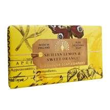 The English Soap Company juhlii saippuantuotannon 20-vuotispäivää. Vuosipäivämallistossa käytetään modernia muotoilua ja monipuolista valikoimaa suosituimmista tuoksusaippuoista. Upea saippua ravitsevilla ainesosilla, mukaan lukien sheavoi, joka tunnetaan kosteuttavista ominaisuuksistaan. Valitse oma suosikkisi monesta viehättävän ihanasta tuoksusta!  Saippuat on kääritty kauniisiin, viehättäviin ja modernisti suunniteltuihin papereihin, joissa on kauniita ja kiehtovia kuvia Kew Botanic Garden:in historiallisesta arkistosta.  Saippualla on raikkaan kesäinen ruusun terälehtien sekä sitruunan tuoksu. Tuoksussa on runsaasti kuivan meripihkan, makean appelsiinin ja persikan sävyä.<br/><br/>