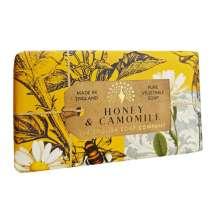 The English Soap Company juhlii saippuantuotannon 20-vuotispäivää. Vuosipäivämallistossa käytetään modernia muotoilua ja monipuolista valikoimaa suosituimmista tuoksusaippuoista. Upea saippua ravitsevilla ainesosilla, mukaan lukien sheavoi, joka tunnetaan kosteuttavista ominaisuuksistaan. Valitse oma suosikkisi monesta viehättävän ihanasta tuoksusta!  Saippuat on kääritty kauniisiin, viehättäviin ja modernisti suunniteltuihin papereihin, joissa on kauniita ja viehättäviä kuvia Kew Botanic Garden:in historiallisesta arkistosta.  Saippualla on herkkä tuoksu rikkaasti kukkivasta vaniljasta ja myskistä. Sekä runsas pehmeän hunajan ja tuoreen kamomillan sävy. <br/><br/>