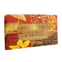 The English Soap Company juhlii saippuantuotannon 20-vuotispäivää. Vuosipäivämallistossa käytetään modernia muotoilua ja monipuolista valikoimaa suosituimmista tuoksusaippuoista. Upea saippua ravitsevilla ainesosilla, mukaan lukien sheavoi, joka tunnetaan kosteuttavista ominaisuuksistaan. Valitse oma suosikkisi monesta viehättävän ihanasta tuoksusta!  Saippuat on kääritty kauniisiin, viehättäviin ja modernisti suunniteltuihin papereihin, joissa on kauniita ja kiehtovia kuvia Kew Botanic Garden:in historiallisesta arkistosta.  Saippua täynnä sitrushedelmien ja mausteiden aromeja. Juhlava ja lämmin ylellinen tuoksu, josta tihkuu dekadenssi.<br/><br/>